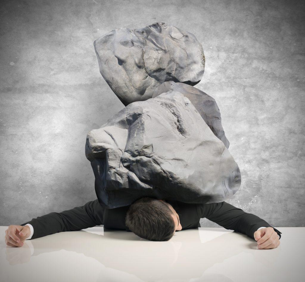 Man bedolven onder stenen.